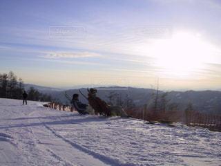 雪をスノーボードに乗る人が斜面をカバーの写真・画像素材[1661799]