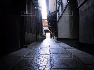 近くの建物の前に空の歩道の写真・画像素材[1665694]
