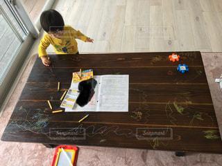 リビング,カラフル,テーブル,ペン,人,幼児,クレヨン,紙,おえかき,1歳児,いたずら,おうち時間