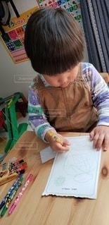 子ども,リビング,屋内,ペン,幼児,クレヨン,男の子,2歳,紙,自宅,おえかき,おうち時間