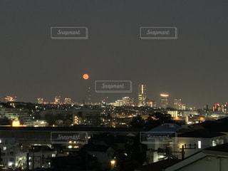 赤い月の写真・画像素材[3248113]