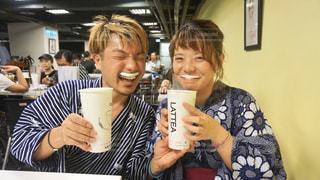 台湾で人気のLATTEAでもこもこドリンク飲んで笑顔で映え写真の写真・画像素材[2378743]