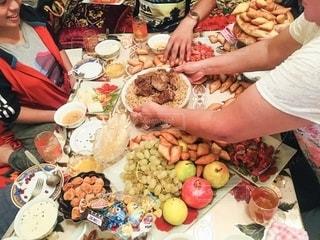 食べ物のいっぱいのテーブルの上の写真・画像素材[2780879]