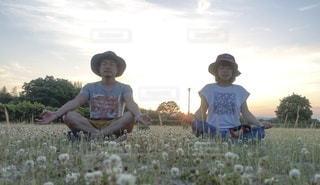 草原に座っているカップルの写真・画像素材[3340436]