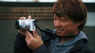 カメラを持っている男の写真・画像素材[3385172]