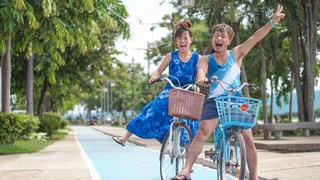 自転車で走ってくる途中の写真の写真・画像素材[3435918]