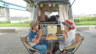自作テーブルでキャンプ飯の写真・画像素材[3529021]
