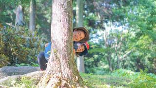 木から顔を出すカップルの写真・画像素材[3575204]