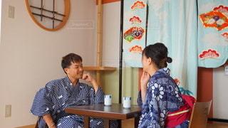 テーブルに座って楽しげに話すカップルの写真・画像素材[3603242]