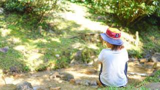 渓流で森林浴する女の子の写真・画像素材[3637907]