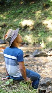 川辺で黄昏る男性の写真・画像素材[3637912]