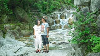 渓流で森林浴をする夫婦の写真・画像素材[3637909]