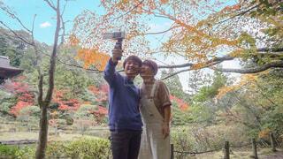 何気ないカップルの紅葉デートの様子の写真・画像素材[3870848]