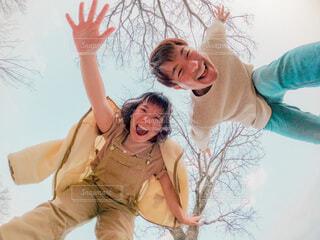 青空の下で仲良しカップルの全力笑顔!の写真・画像素材[4138467]