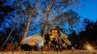 星空を見ながらキャンプデートの写真・画像素材[4521506]