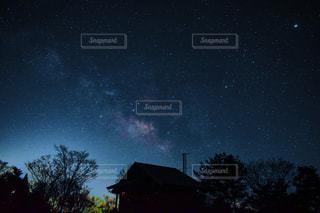 夜空に浮かぶ天の川の写真・画像素材[3251706]