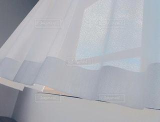 踊るカーテンの隙間からの写真・画像素材[3330948]