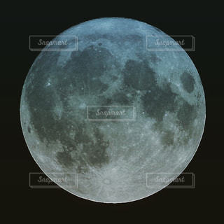 月のクローズアップの写真・画像素材[3372231]