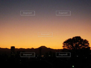 水の体に沈む夕日の写真・画像素材[3395893]