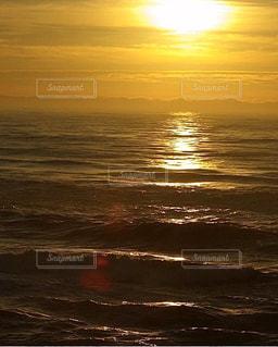 水の体に沈む夕日の写真・画像素材[3396070]