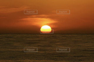 水の体に沈む夕日の写真・画像素材[3396074]