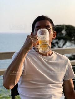 コップ一杯の水を飲む男の写真・画像素材[3406774]