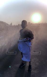 暗闇の中に立っている男の写真・画像素材[3488436]