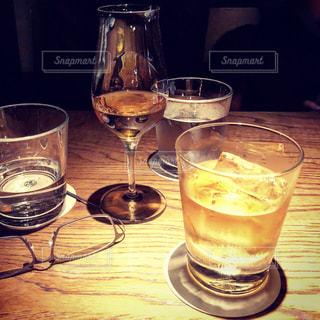 ワイングラス付きのテーブルの上にビールを一杯入れますの写真・画像素材[3489252]