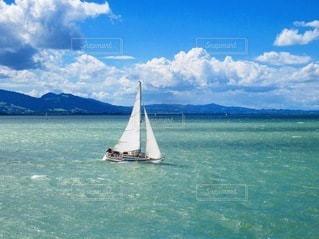 大きな水域に小さなボートの写真・画像素材[3543598]