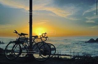水の体に沈む夕日の写真・画像素材[3543824]