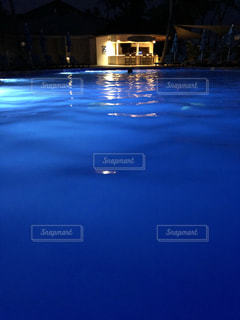 非常に暗い水の写真・画像素材[3552602]