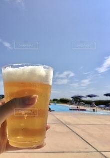 テーブルの上にビールを1杯入れますの写真・画像素材[3552596]