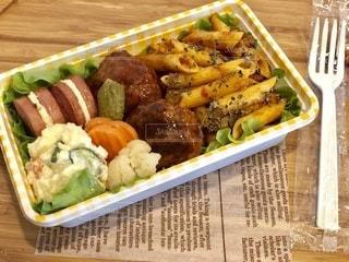 食べ物の皿をテーブルの上に置くの写真・画像素材[3635372]