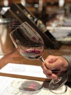 手持ち,人物,人,ワイン,ボトル,ポートレート,ライフスタイル,赤ワイン,手元