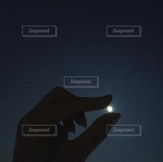 暗闇の中に立っている男の写真・画像素材[3719477]