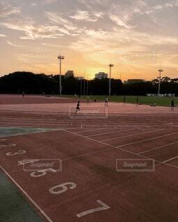 背景に夕日のある空の道路の写真・画像素材[3803544]