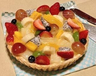 皿に果物が入ったケーキの写真・画像素材[3824578]