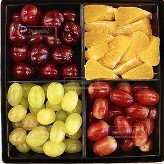 テーブルの上に座っている果物の束の写真・画像素材[3824579]