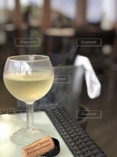 テーブルの上に座っているワイングラスのクローズアップの写真・画像素材[3924477]