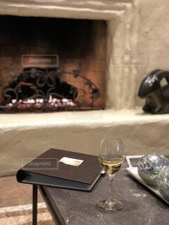 木製のテーブルの上に座っているワインのグラスの写真・画像素材[4352990]