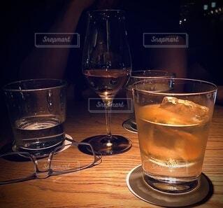 テーブルの上にワインを一杯入れますの写真・画像素材[4566161]