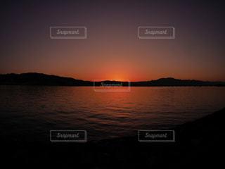 水の体に沈む夕日の写真・画像素材[1291090]