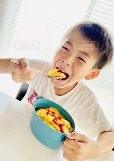 食べ物を食べている小さな男の子の写真・画像素材[3654278]