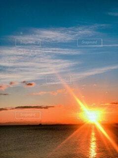 自然,空,屋外,太陽,朝日,ビーチ,雲,水面,海岸,オレンジ,イベント,正月,お正月,地平線,日の出,新年,初日の出,設定