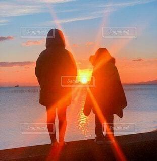 自然,風景,海,空,屋外,太陽,朝日,ビーチ,雲,水面,海岸,オレンジ,人,イベント,正月,お正月,地平線,日の出,新年,初日の出,設定