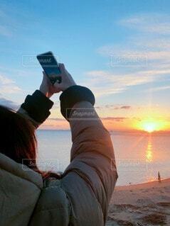 自然,空,屋外,太陽,朝日,ビーチ,雲,水面,海岸,オレンジ,人,イベント,正月,お正月,地平線,日の出,新年,初日の出,設定