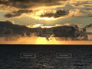 自然,風景,海,空,屋外,朝日,雲,船,水面,正月,お正月,日の出,新年,初日の出,くもり