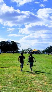 キャンプ場で思い切り走る子供達の写真・画像素材[3263320]