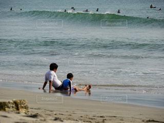 サーファーを眺める親子の写真・画像素材[3266374]