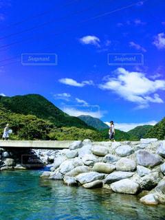 透き通る川と自然の写真・画像素材[3267996]